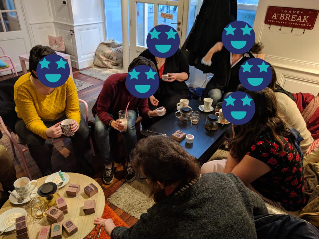 focus group avec des participants qui testent les nouveaux packaging cosmétique